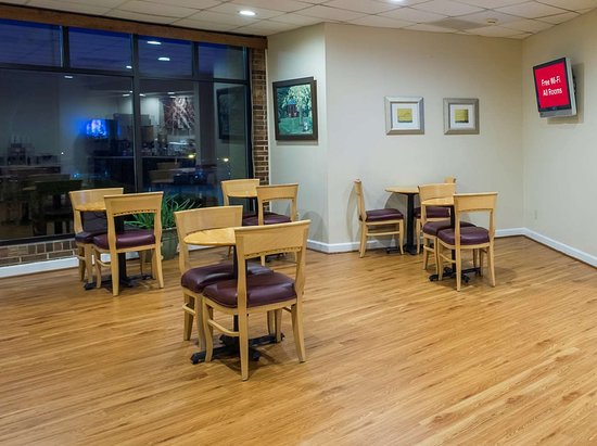 Red Roof Inn & Suites Wytheville: Breakfast Seating