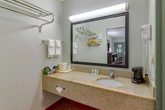 Quality Inn Goodlettsville: Bathroom in guest room