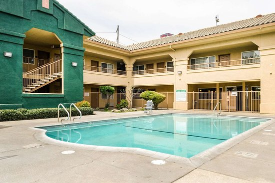 Quality Inn & Suites: Outdoor pool