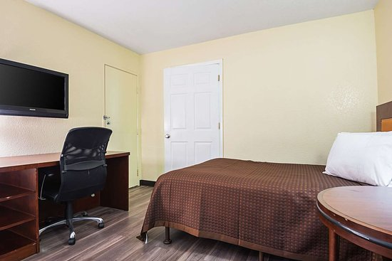 Rodeway Inn Kissimmee Maingate West: Guest room with added amenities