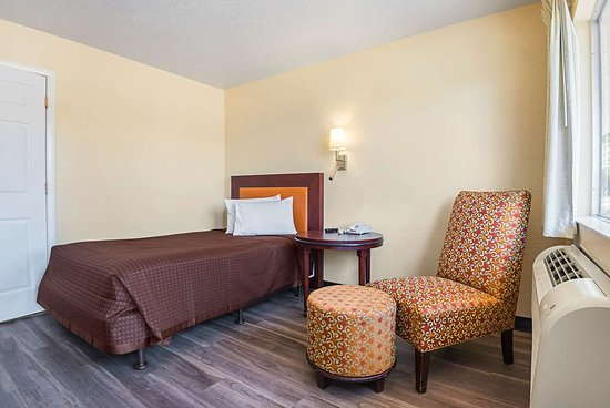 Rodeway Inn Kissimmee Maingate West: Guest room with one bed