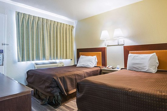 Rodeway Inn Kissimmee Maingate West: Well-equipped guest room
