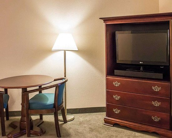 Quality Inn & Suites Conference Center Bellville: Guest room with table and chairs