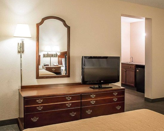 Quality Inn & Suites Conference Center Bellville: Guest room with flat-screen television