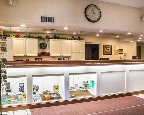 Quality Inn & Suites Conference Center Bellville: Front desk with friendly staff