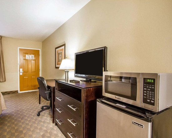 Quality Inn & Suites Greenville I-65: Guest room with microwave and refrigerator