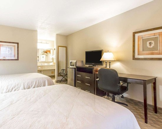 Quality Inn & Suites Greenville I-65: Guest room with flat-screen television