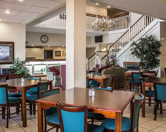 Quality Inn & Suites Conference Center Bellville: Breakfast area in the lobby