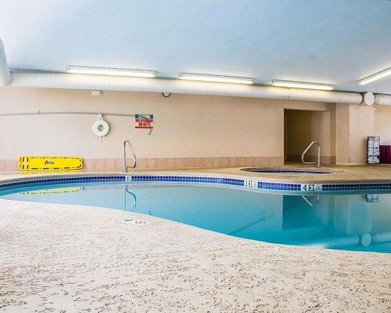 Bellville, OH: Indoor pool with hot tub