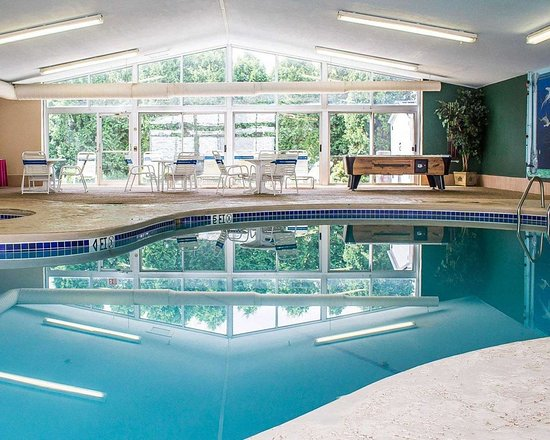 Bellville, OH: Indoor pool with sittinga area