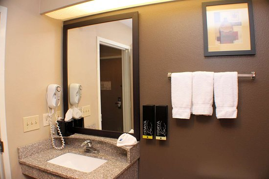 Best Western Inn & Suites: King Guest Bathroom