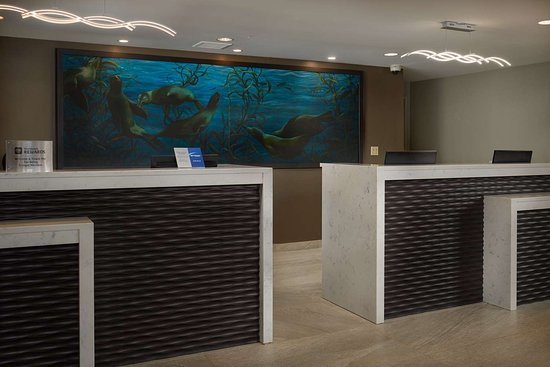 Best Western Plus Agate Beach Inn: Front Desk DSC