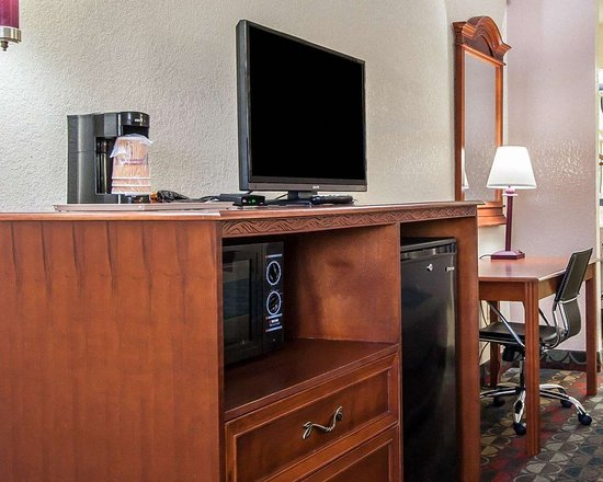 Econo Lodge Prattville: Guest room with microwave and refrigerator