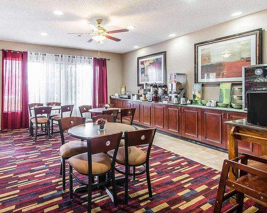 Thomasville, Алабама: Enjoy breakfast in this seating area