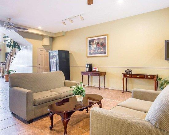 Econo Lodge: Spacious lobby with sitting area