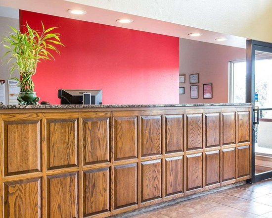 Econo Lodge: Front desk with friendly staff