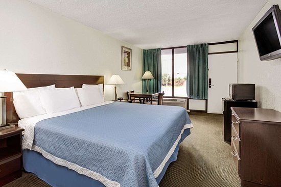 Days Inn by Wyndham Kissimmee FL: One King Bed Room