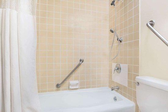 Alexandria, MN: Guest room bath