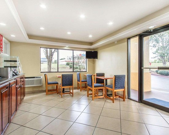 Econo Lodge Inn & Suites: Enjoy breakfast in this seating area
