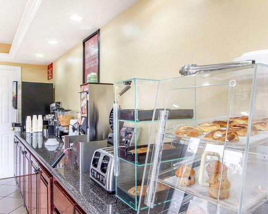 Econo Lodge Inn & Suites: Assorted breakfast items