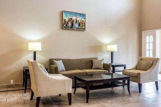 Quality Inn Auburn University Area: Spacious lobby with sitting area
