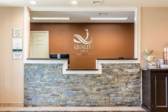 Quality Inn Auburn University Area: Front desk with friendly staff