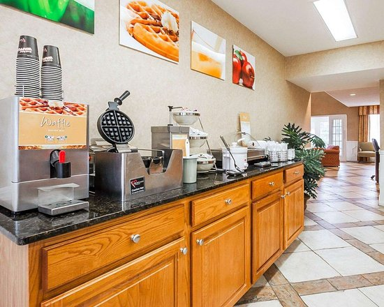 Quality Inn Decatur: Free breakfast with waffles