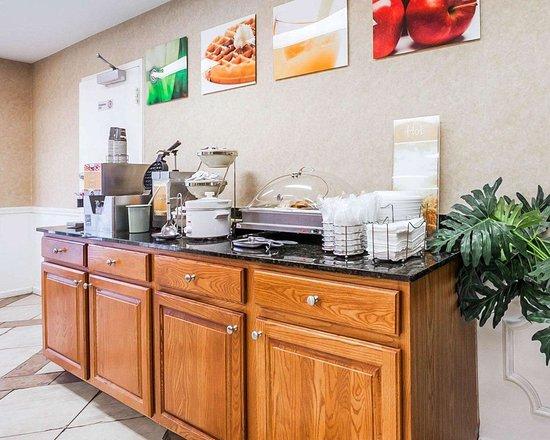 Quality Inn Decatur: Assorted breakfast items