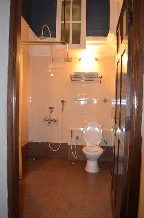 Royal Orchid Brindavan Garden Palace & Spa: Bathroom
