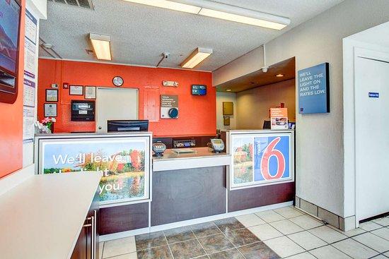 Motel 6 Norfolk: lobby