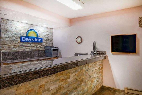 Days Inn by Wyndham Mason City: Lobby