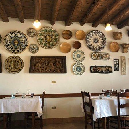 Trattoria Dalla Bice: La sala interna e i piatti esposti