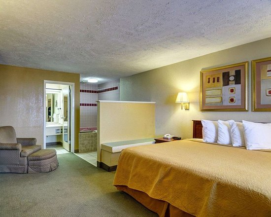 Quality Inn Conway - Greenbrier: King room with hot tub