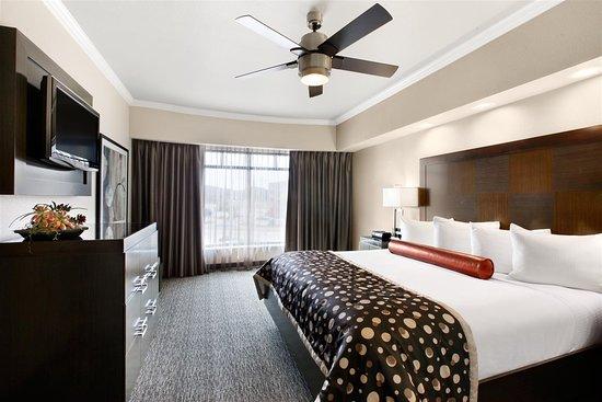 Best Western Premier Crown Chase Inn & Suites: Two Room Suite Bedroom