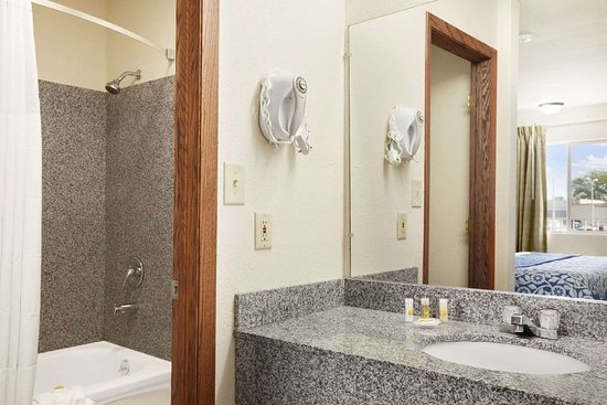 Days Inn by Wyndham Champaign/Urbana: Bathroom