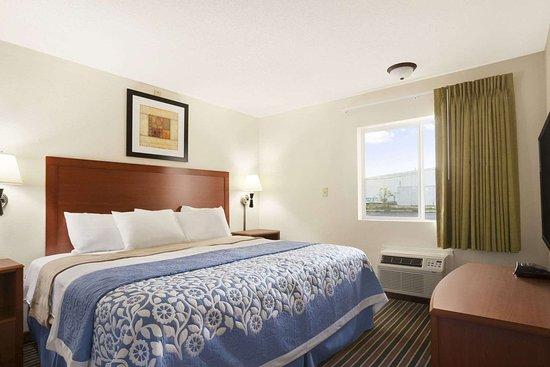 Days Inn by Wyndham Champaign/Urbana: Jacuzzi Suite