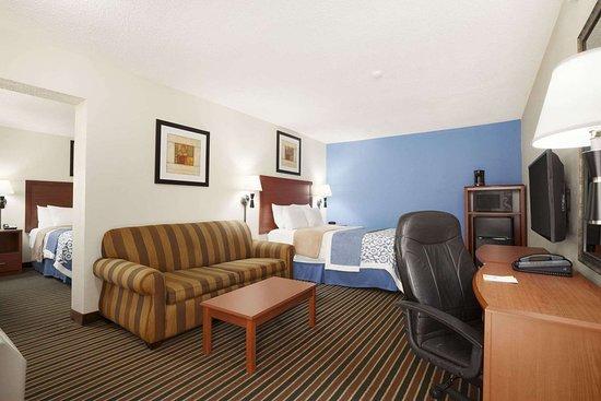 Days Inn by Wyndham Champaign/Urbana: Family Suite