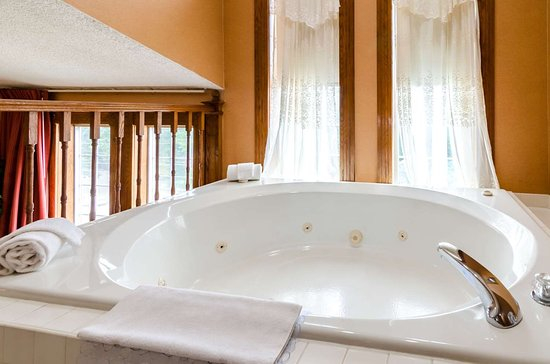 Quality Inn of Eureka Springs: King suite with whirlpool bathtub