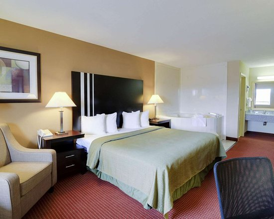 Quality Inn & Suites: Spacious suite with whirlpool bathtub