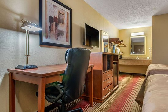 Quality Inn Columbus - East: Guest room with queen bed(s)