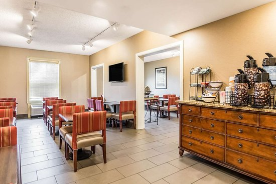 Comfort Inn: Enjoy breakfast in this seating area