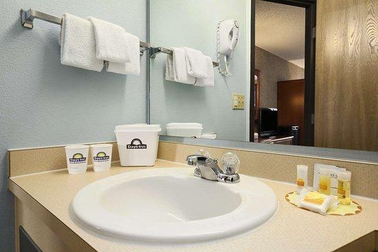 Days Inn by Wyndham Coeur d'Alene: Guest room bath