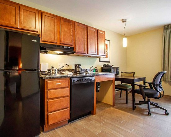 Suburban Extended Stay Hotel Cedar Falls: Guest room with kitchen area