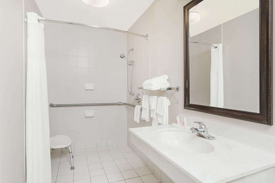 Days Inn by Wyndham Seguin TX: Guest room bath