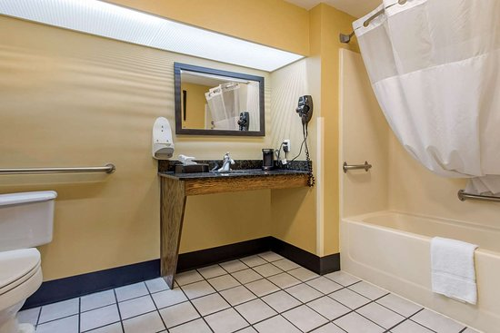 Quality Inn Laurinburg: Accessible bathroom in guest room