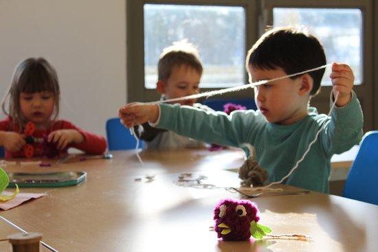 Ravilloles, France: Ateliers Artisans Juniors - Créations de pompons avec l'artisan Joanie MAGNIN