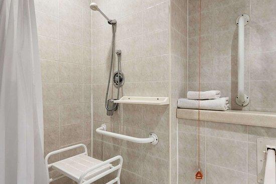 Days Hotel by Wyndham Coventry: Accessible Bathroom