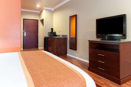 Groesbeck, TX: 1 King Bed Room