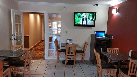 Dinuba, CA: Breakfast Area