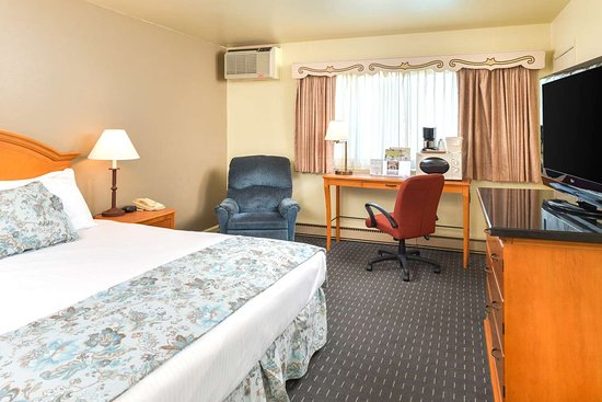 Svendsgaard's Danish Lodge - Americas Best Value Inn: One King Bed
